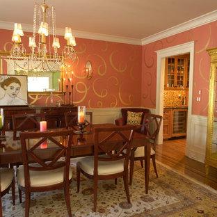 Esempio di una sala da pranzo contemporanea chiusa con parquet scuro e pareti rosa