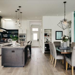 Esempio di una grande sala da pranzo aperta verso la cucina minimal con pareti grigie, parquet chiaro e pavimento beige