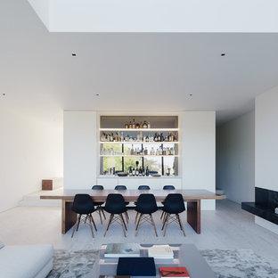 Esempio di una sala da pranzo moderna con pareti bianche, parquet chiaro, camino lineare Ribbon e pavimento grigio