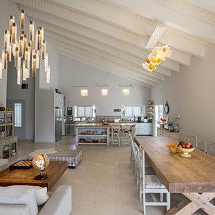 Klassische Wohnküche mit weißer Wandfarbe und Travertin in Sonstige