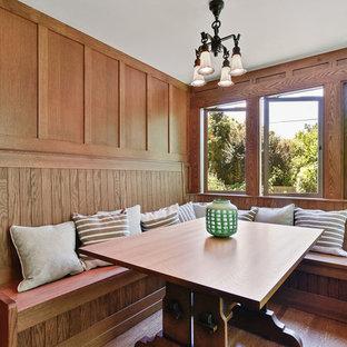 Ejemplo de comedor de estilo americano, pequeño, sin chimenea, con suelo de madera en tonos medios, paredes marrones y suelo marrón