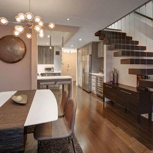 Стильный дизайн: гостиная-столовая среднего размера в современном стиле с фиолетовыми стенами, темным паркетным полом и коричневым полом без камина - последний тренд