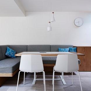 Imagen de comedor de cocina nórdico, pequeño, con paredes blancas y suelo de mármol