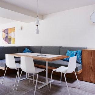 Foto de comedor de cocina escandinavo, pequeño, con paredes blancas y suelo de mármol
