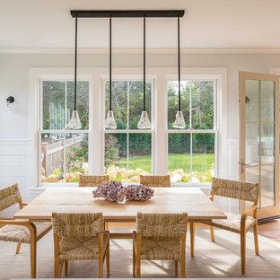 Ispirazione per una sala da pranzo aperta verso la cucina scandinava di medie dimensioni con parquet chiaro, nessun camino, pareti beige e pavimento grigio