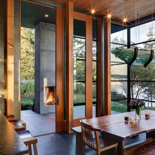 Esempio di una sala da pranzo aperta verso la cucina minimalista di medie dimensioni con pavimento in ardesia