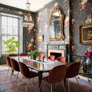 Idéer för en stor klassisk matplats, med flerfärgade väggar, en standard öppen spis, en spiselkrans i trä och beiget golv