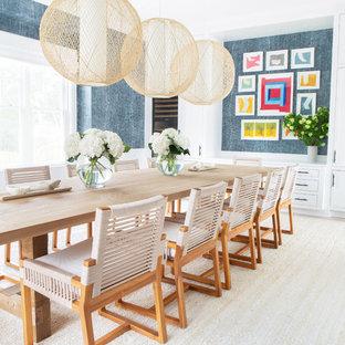 Ispirazione per una grande sala da pranzo stile marinaro chiusa con pareti blu, parquet chiaro, pavimento beige e nessun camino