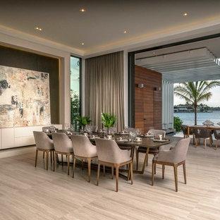 マイアミの巨大なコンテンポラリースタイルのおしゃれなLDK (グレーの壁、ベージュの床、磁器タイルの床、暖炉なし) の写真