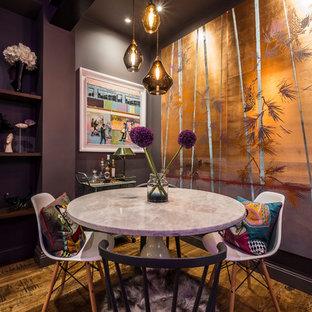 Immagine di una piccola sala da pranzo bohémian con pareti viola, parquet chiaro, nessun camino e pavimento marrone