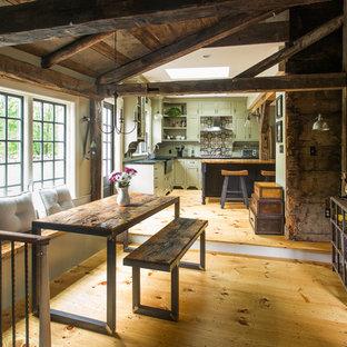 Modelo de comedor de cocina rústico, pequeño, sin chimenea, con suelo de madera clara