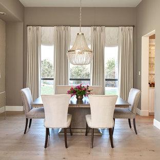 Immagine di una sala da pranzo chic chiusa con pareti marroni, parquet chiaro e pavimento beige