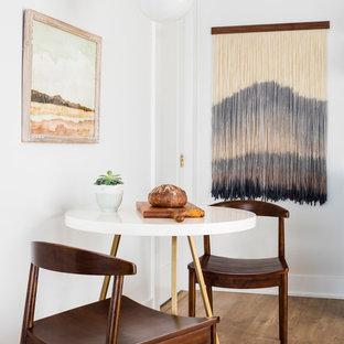 Modelo de comedor de cocina escandinavo, pequeño, sin chimenea, con paredes blancas, suelo laminado y suelo marrón