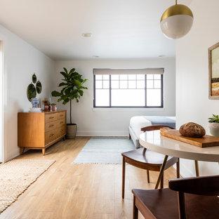 シアトルの小さい北欧スタイルのおしゃれなダイニングキッチン (白い壁、ラミネートの床、暖炉なし、茶色い床) の写真