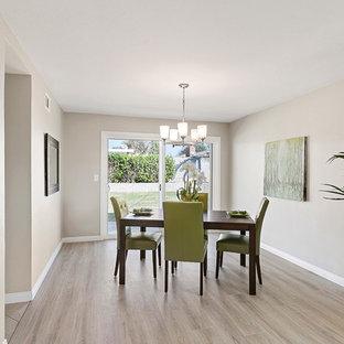 Idee per una piccola sala da pranzo aperta verso il soggiorno classica con pareti grigie, pavimento in vinile, nessun camino e pavimento beige