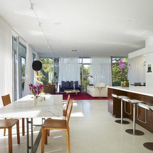 Пример оригинального дизайна: гостиная-столовая в современном стиле с белым полом