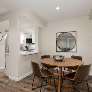 Idée de décoration pour une petite salle à manger ouverte sur la cuisine tradition avec un mur beige, un sol en vinyl et un sol marron.