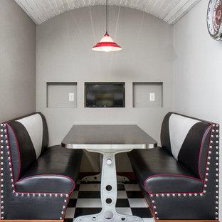 Cette photo montre une salle à manger ouverte sur la cuisine industrielle de taille moyenne avec un mur gris, un sol en linoléum et aucune cheminée.