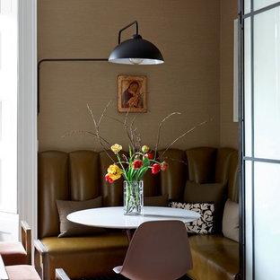 Ejemplo de comedor vintage, pequeño, abierto, con suelo de madera en tonos medios, suelo marrón y paredes beige