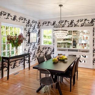Idee per una sala da pranzo bohémian chiusa con pareti multicolore e pavimento in legno massello medio