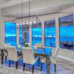 Immagine di una sala da pranzo chic chiusa e di medie dimensioni con pareti beige, parquet scuro, nessun camino e pavimento marrone
