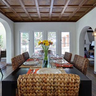 Immagine di una sala da pranzo aperta verso la cucina mediterranea di medie dimensioni con pareti bianche, parquet scuro, nessun camino e pavimento marrone
