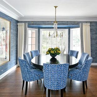 Неиссякаемый источник вдохновения для домашнего уюта: большая отдельная столовая в классическом стиле с серыми стенами, темным паркетным полом и коричневым полом без камина