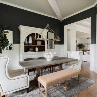 Inspiration för klassiska matplatser, med svarta väggar, mellanmörkt trägolv och brunt golv
