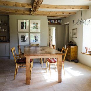 Foto di una sala da pranzo aperta verso la cucina moderna di medie dimensioni con pavimento in pietra calcarea