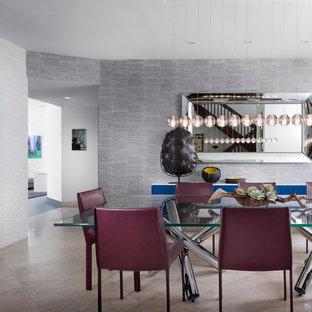 Ispirazione per una grande sala da pranzo minimal chiusa con pareti grigie e pavimento in travertino