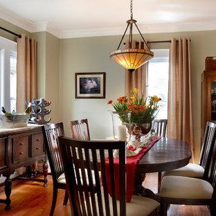 Imagen de comedor de estilo americano, de tamaño medio, cerrado, con paredes verdes y suelo de madera en tonos medios