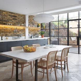 Идея дизайна: большая гостиная-столовая в современном стиле с паркетным полом среднего тона без камина