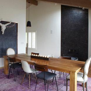 Ejemplo de comedor actual, de tamaño medio, cerrado, con paredes blancas, suelo de bambú, chimeneas suspendidas, marco de chimenea de hormigón y suelo marrón
