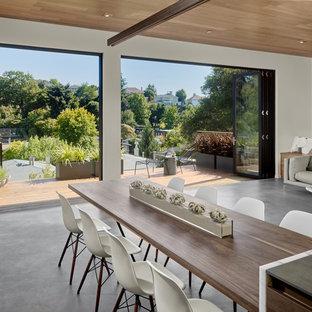Inspiration för en mellanstor retro matplats med öppen planlösning, med vita väggar och betonggolv