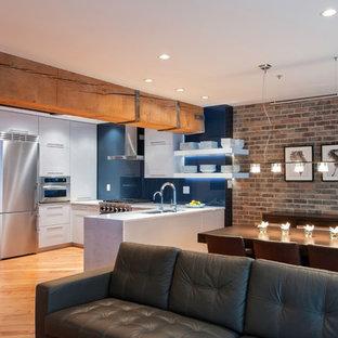 Ejemplo de comedor contemporáneo, de tamaño medio, abierto, sin chimenea, con paredes marrones y suelo de madera clara