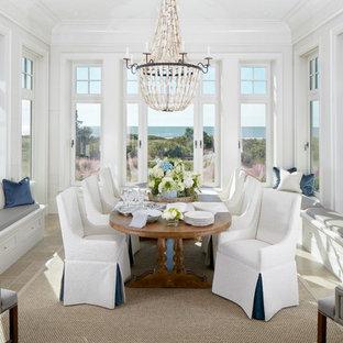Immagine di una sala da pranzo stile marinaro di medie dimensioni con pavimento in pietra calcarea, pareti bianche, nessun camino e pavimento beige