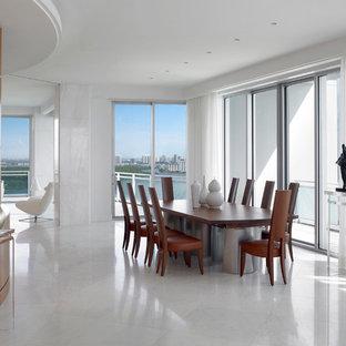 Ejemplo de comedor contemporáneo, grande, abierto, sin chimenea, con paredes blancas, suelo de mármol y suelo blanco