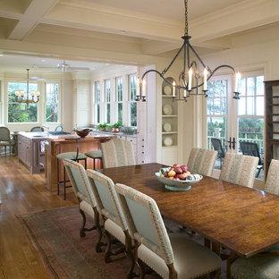 Пример оригинального дизайна интерьера: кухня-столовая среднего размера в викторианском стиле с белыми стенами и паркетным полом среднего тона без камина