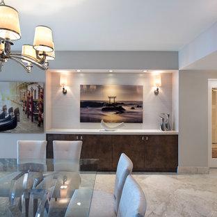マイアミの大きいトランジショナルスタイルのおしゃれなLDK (白い壁、大理石の床、暖炉なし、ベージュの床) の写真