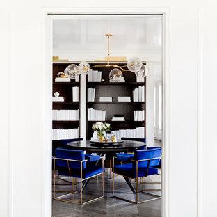 Immagine di una sala da pranzo minimalista chiusa e di medie dimensioni con pareti bianche, pavimento in legno massello medio, nessun camino e pavimento marrone