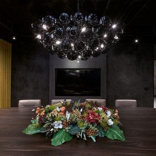 Неиссякаемый источник вдохновения для домашнего уюта: большая отдельная столовая в современном стиле с черными стенами, ковровым покрытием и зеленым полом
