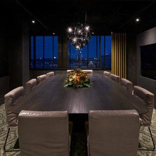 Создайте стильный интерьер: большая отдельная столовая в современном стиле с черными стенами, ковровым покрытием и зеленым полом - последний тренд