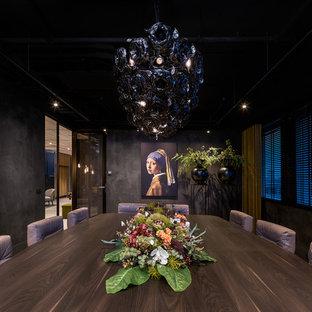 Idee per una grande sala da pranzo contemporanea chiusa con pareti nere, moquette e pavimento verde