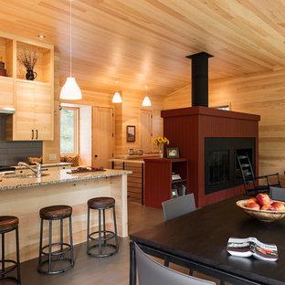Modelo de comedor rústico, pequeño, abierto, con chimenea tradicional, marco de chimenea de madera, paredes beige, suelo de madera en tonos medios y suelo marrón