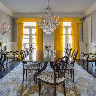 Geschlossenes, Großes Klassisches Esszimmer ohne Kamin mit grauer Wandfarbe und Teppichboden in New York