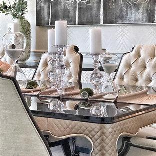 Idee per una grande sala da pranzo chic chiusa con pareti con effetto metallico, pavimento in legno massello medio e pavimento marrone