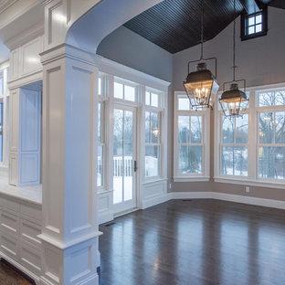 Aménagement d'une salle à manger classique de taille moyenne avec un mur gris, un sol en bois foncé, aucune cheminée et un sol marron.