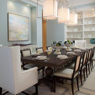Immagine di una grande sala da pranzo chic chiusa con pareti blu, pavimento in pietra calcarea e nessun camino