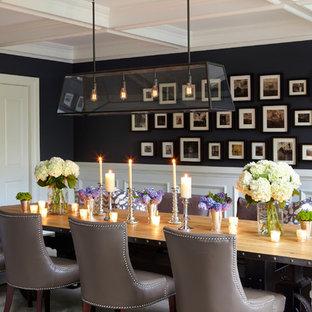 Imagen de comedor clásico, extra grande, cerrado, sin chimenea, con paredes negras y moqueta