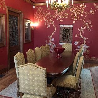 На фото: отдельные столовые среднего размера в средиземноморском стиле с красными стенами и полом из линолеума